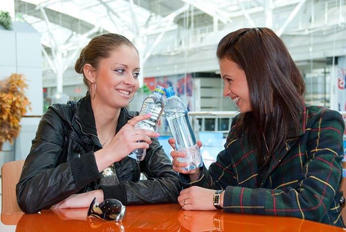 Amigas a beber água