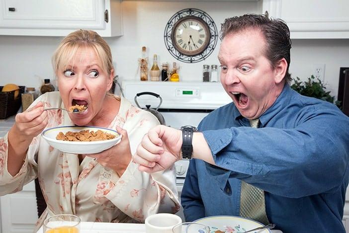 Casal a comer stressado