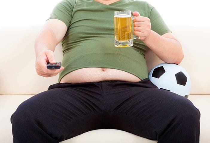 Homem a beber cerveja