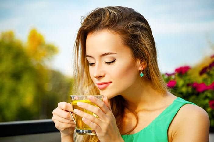 Mulher a beber chá