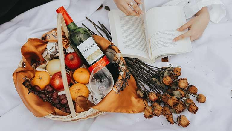 frutas e vinho tinto da dieta mediterrânica