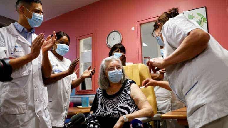 Mauricette a receber a primeira vacina contra o COVID-19 em França