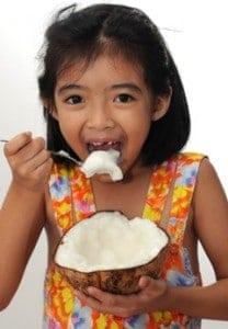 Rapariga a comer coco